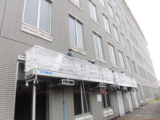 リニューアル事業部スタッフが建物の外壁を補修します。